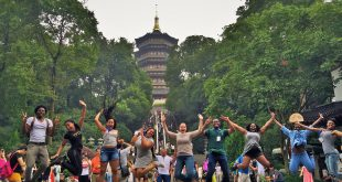 Morgan Students in Front of Leifeng Pagoda